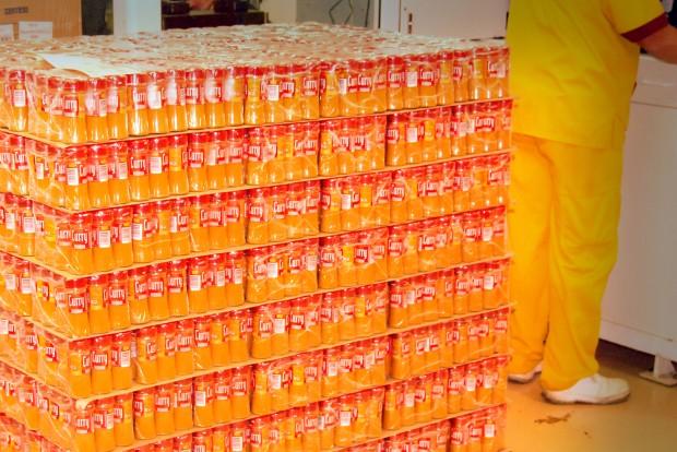 Los paquetes de curry son apilados para su distribución.