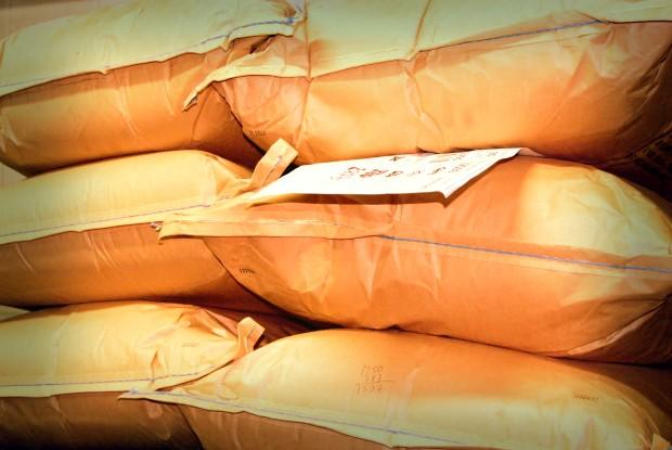 Pilas de sacos con diferentes productos procedentes y con destino para  todo el mundo.