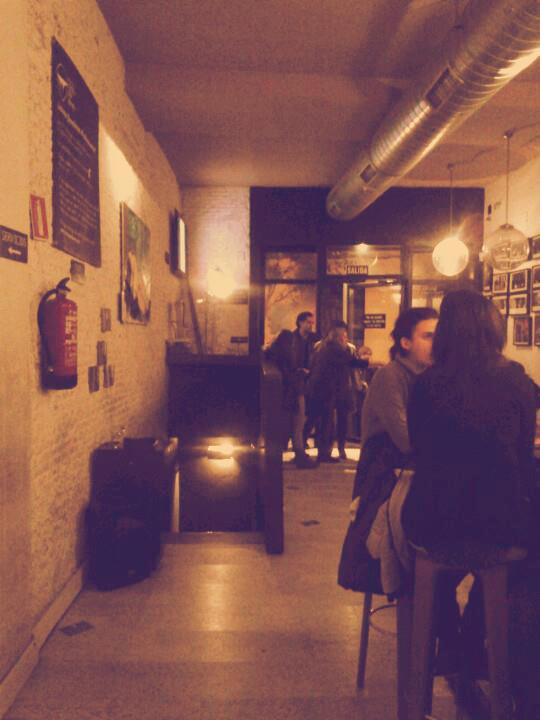 Bar del Microteatro, abajo, en pequeñas cabinas, acontecen las obras teatrales.