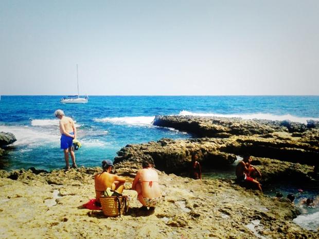Bañistas disfrutando del paisaje.