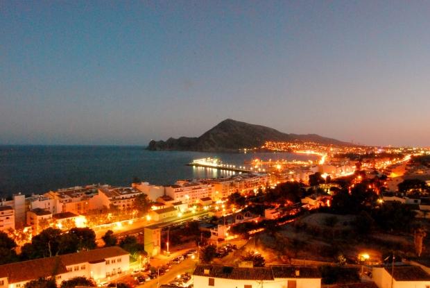 Vista nocturna del puerto de Altea y el albir.