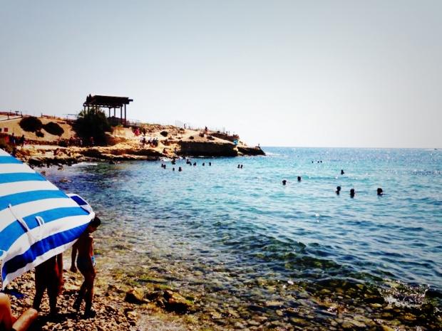 Imagen del conjunto histórico desde la orilla de la playa de piedras y canto rodado.