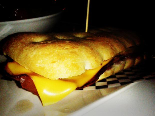 Uptown. Fastfood in Benidorm, bocadillo de bacon y queso.