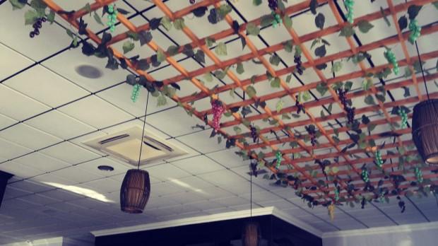 Restaurante Meluka Albir, decoración poco cuidada.