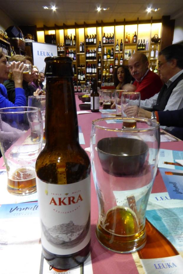 Cata de cerveza y vermut Akra.