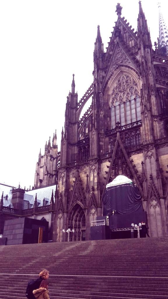 Plaza de la Catedral que da justo en frente de la estación de tren de Colonia.
