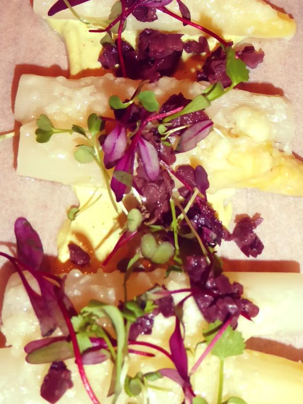 Tabla de espárragos blancos con parmesano y picada de oliva negra.